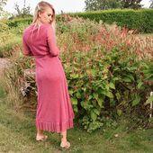 Parfois, un détail, une matière, une forme peuvent changer complètement une silhouette. Sur l'Edito, on a souvent insisté sur un dressing neutre associable â souhait mais le joker de votre style c'est inévitablement la petite robe originale ! La robe Nadia est disponible en bleu et en rose 💙💕