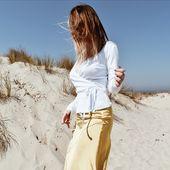 La blancheur du cache-coeur steph accompagnant la jupe Lova, tous les deux sous un soleil radieux.  Quoi de prévu ce week-end?  #weekend #2ndday #2nddayofficial #cachecoeur #jupe #soleil #dunes #dune #tenuedujour #jaune