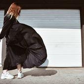 C'est le moment de sortir la robe Ziggy. Comme une parfaite idée d'entre saison alliée au confort d'une robe longue manche. ✔️ On l'adopte  #artfusioncopenhagen #sun #longuerobe #robe#ecofriendly #ecoresponsable #modeecoresponsable #robenoire #noir #tenuedujour #tenue
