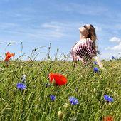 Coquelicots et soleil pour la robe Nia en version bleu/blanc/rouge. 🔵⚪️🔴 #resumecph #bleublancrouge #france #robe #coquelicot #champs #summer #ootd #babydoll